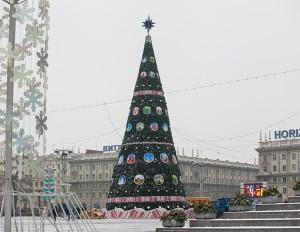 Árvore de Ano Novo montada na Praça Kastrytchnitskaya, em Minsk.