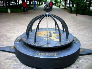 Monumento que marca o centro geográfico da Europa, em Polatsk, Belarús.
