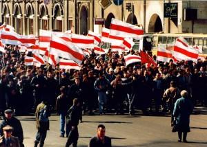 Manifestação no Dia de independência 25 de março, em Minsk, em 1996.  Foto de Hieorhi Lichtarovič