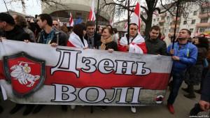 Manifestação no Dia de independência de 25 de março, em Minsk, em 2014.  Fonte: svaboda.org