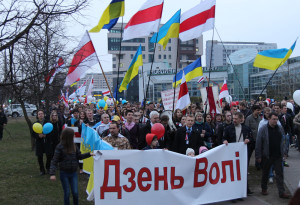 Manifestação no Dia de independência de 25 de março, em Minsk, em 2014.  Fonte: www.pyx.by
