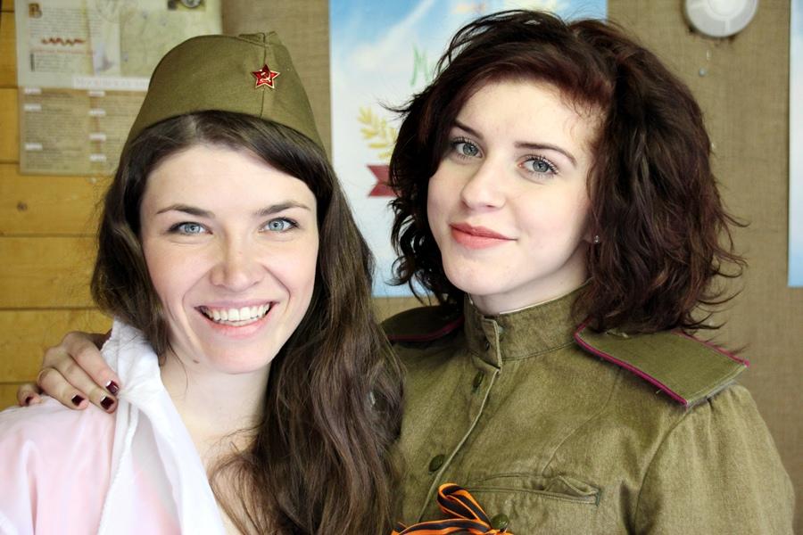 2015, vendedoras de uma feirinha de militaria posando para foto